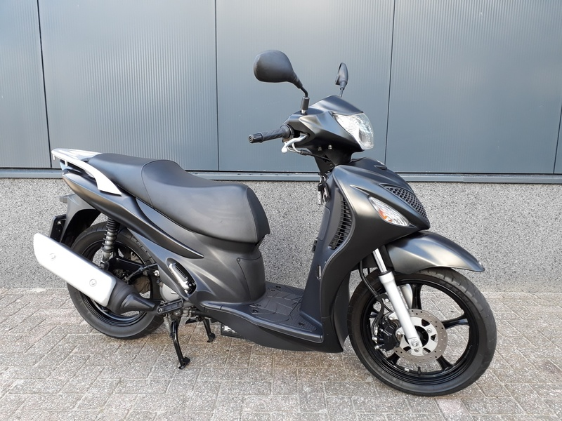 VERKOCHT.....Suzuki UX 150 Sixteen zwart