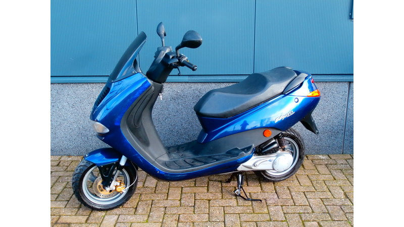 VERKOCHT........ Peugeot Elyseo blauw 45 km/h
