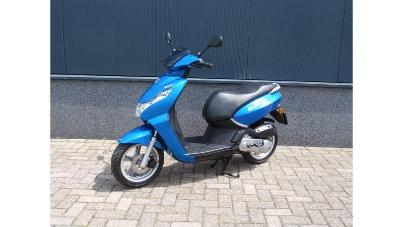 VERKOCHT.....Peugeot Kisbee blauw 25 km/h 2013