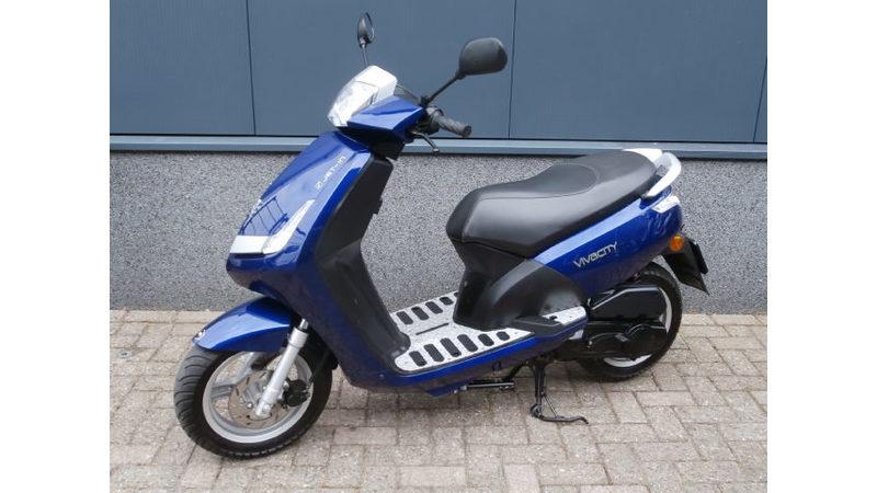 VERKOCHT ....Peugeot New Viva blauw 25 km/h