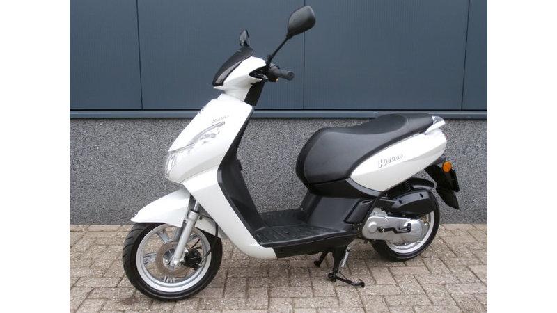 VERKOCHT.....Peugeot Kisbee wit 25 km/h 2011