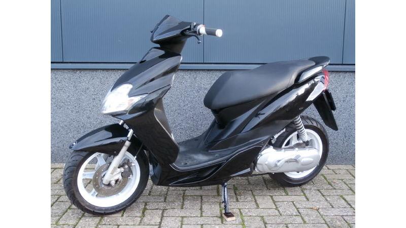 VERKOCHT....Yamaha Jog R 25 km/h zwart