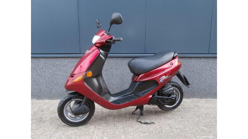 VERKOCHT....Peugeot Zenith rood 45 km/h