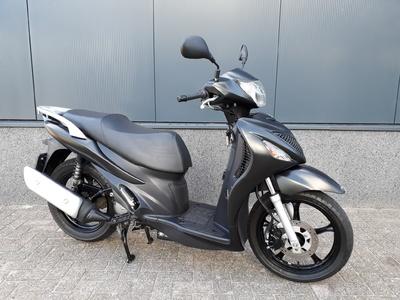 .....Suzuki UX 150 Sixteen zwart