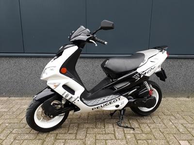 .....Peugeot Speedfight II wit 25 km/h