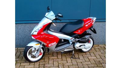 .....Peugeot Jet C-tech rood-wit 45 km/h