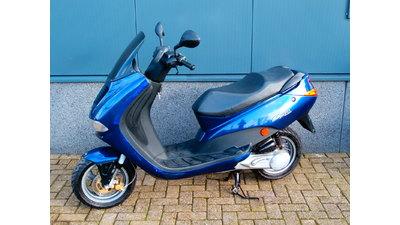 ........ Peugeot Elyseo blauw 45 km/h