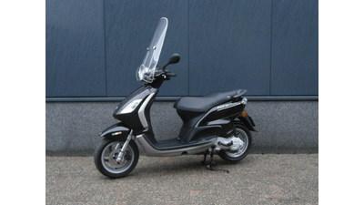 ....Piaggio Fly zwart 25 km/h 2011