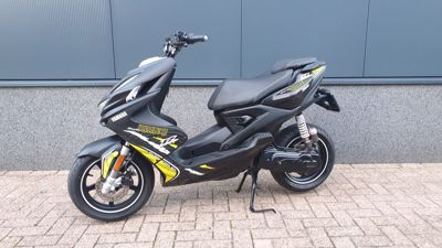...Yamaha Aerox R Naked Style 2014 zwart 45 km/h